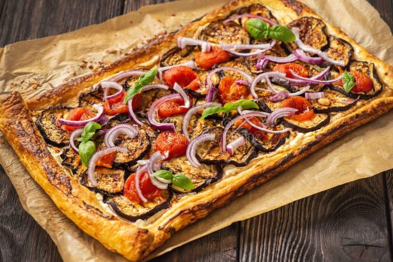 茄子馅饼,配西红柿、红洋葱和奶酪 免版税图库摄影