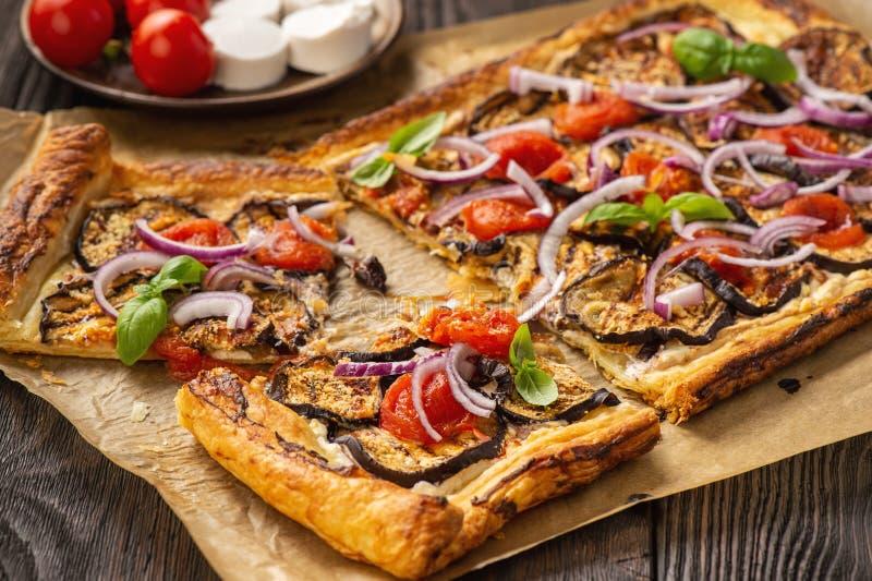 茄子馅饼,配西红柿、红洋葱和奶酪 图库摄影