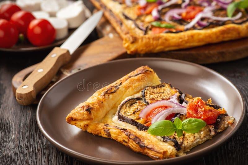 茄子馅饼,配西红柿、红洋葱和奶酪 免版税库存照片