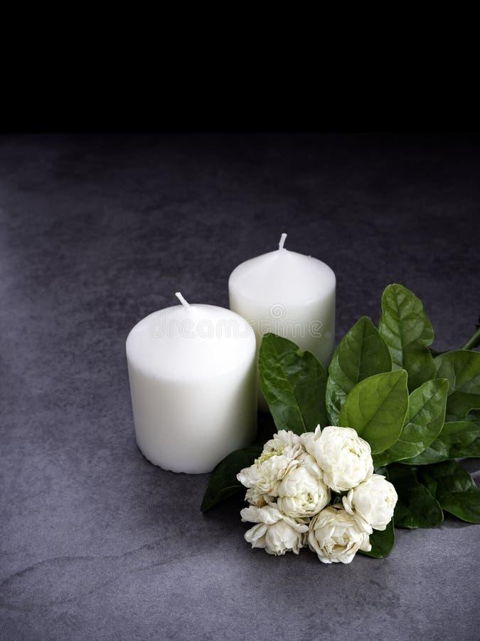 茉莉花和蜡烛在黑暗的背景 免版税库存照片