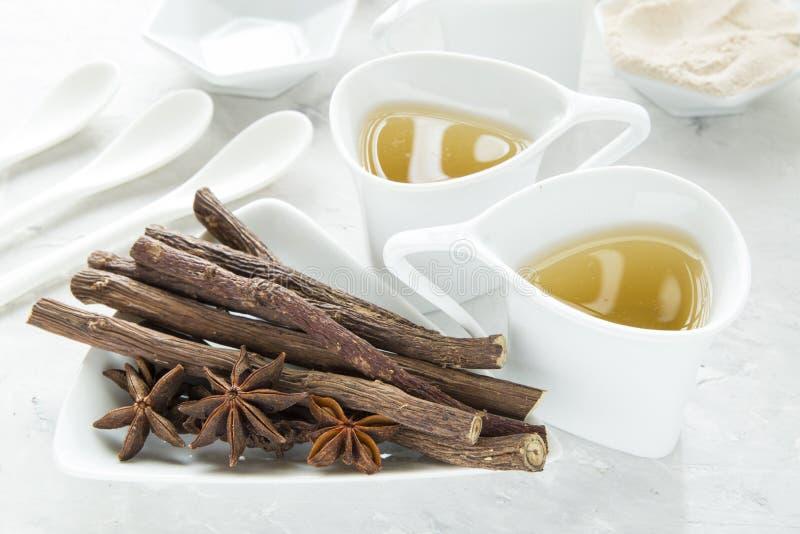茴香在桌上的茶和甘草精根 库存照片
