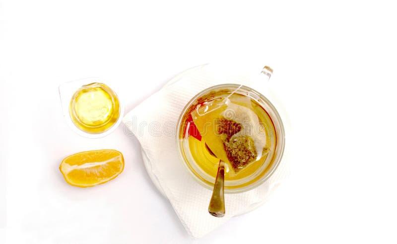 茶、蜂蜜和柠檬在白色 免版税库存图片