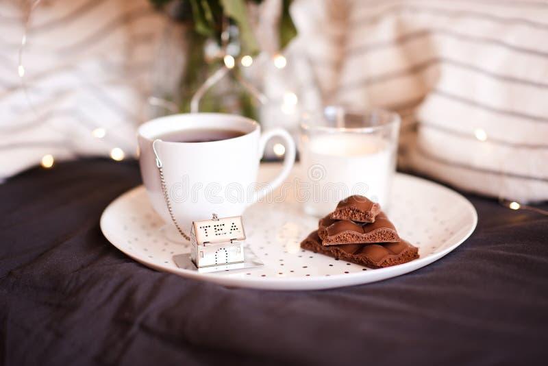 茶与巧克力块的 免版税图库摄影
