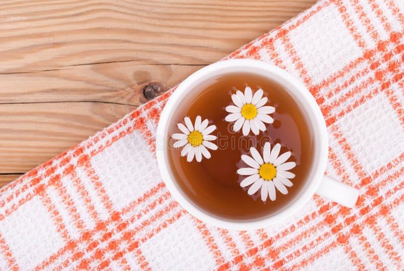 茶与春黄菊的 库存照片
