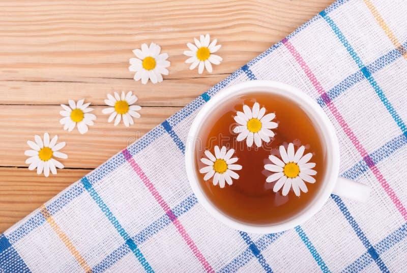 茶与春黄菊的 免版税库存图片