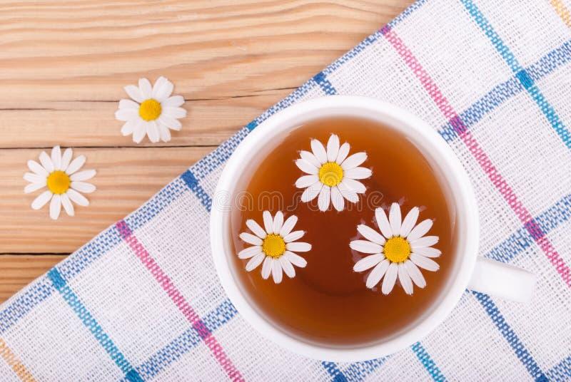 茶与春黄菊的 免版税图库摄影
