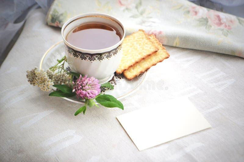 茶与秋天的开花曲奇饼和空插件 库存照片