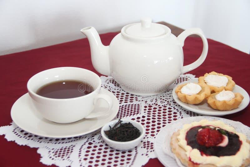 茶为与蛋糕的快餐服务 免版税库存照片