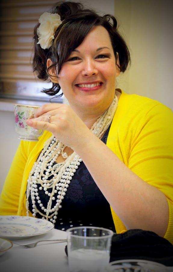 茶会的微笑的夫人 免版税库存图片
