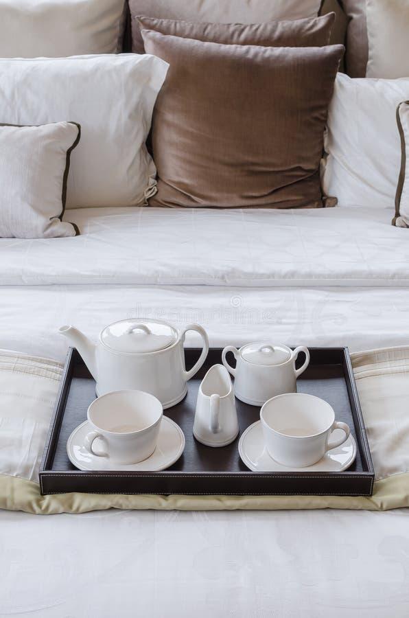 茶具盘子在床上的 免版税库存图片