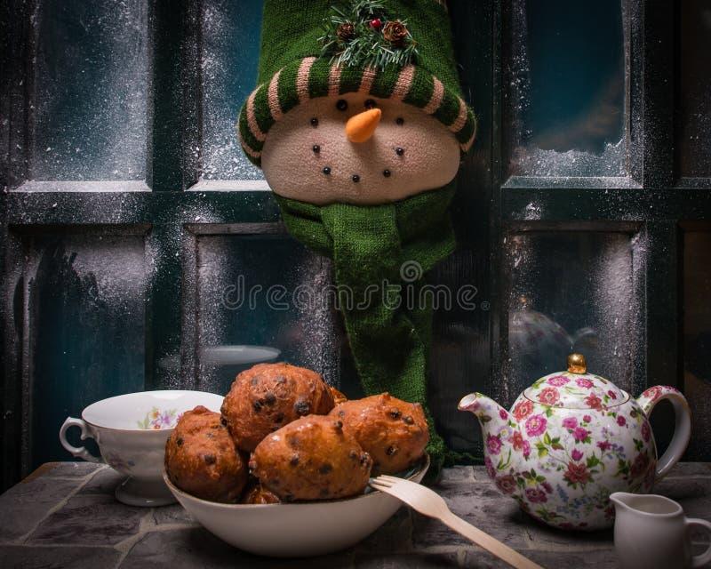 茶和传统,典型的荷兰语oliebollen,油饺子,油炸馅饼,荷兰除夕 免版税库存图片