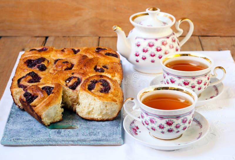 茶和小圆面包 免版税库存照片