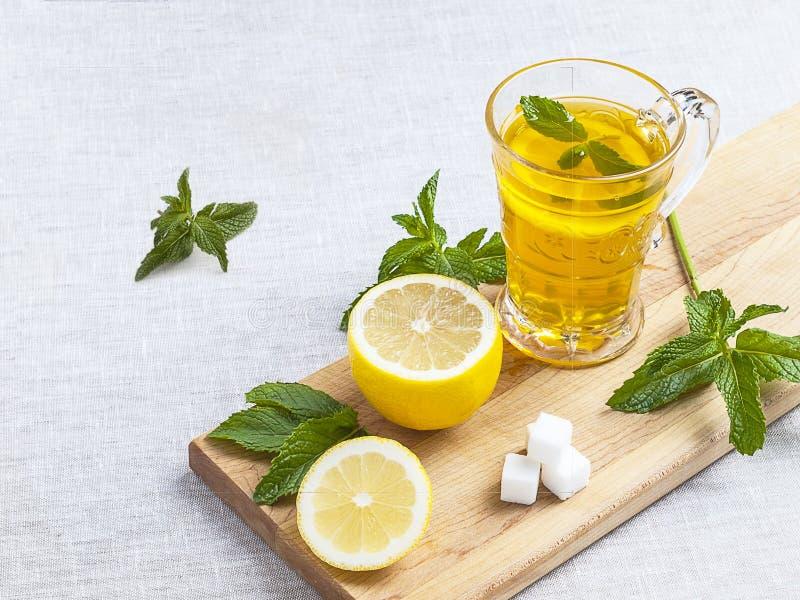 茶和柠檬 免版税库存图片