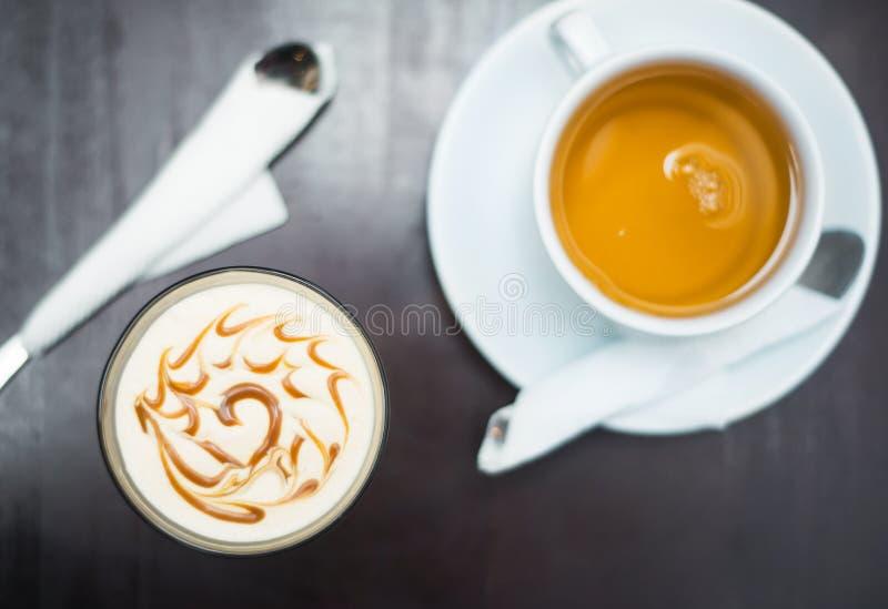 茶和点心在一张木桌上 图库摄影