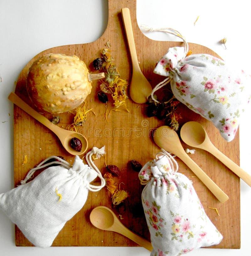 茶和草本在袋子 顶视图 厨房的背景 免版税库存照片