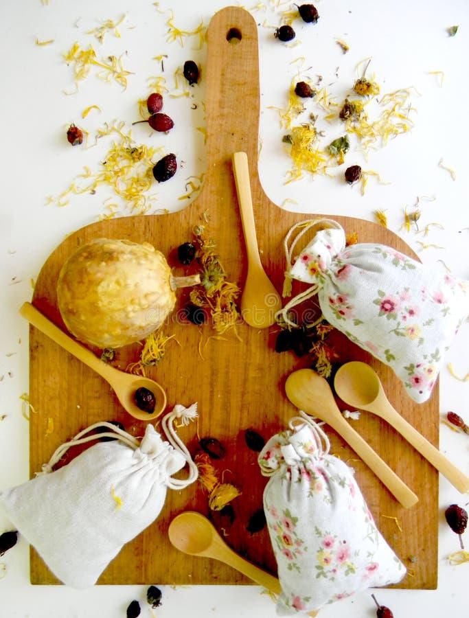 茶和草本在袋子 顶视图 厨房的背景 库存照片