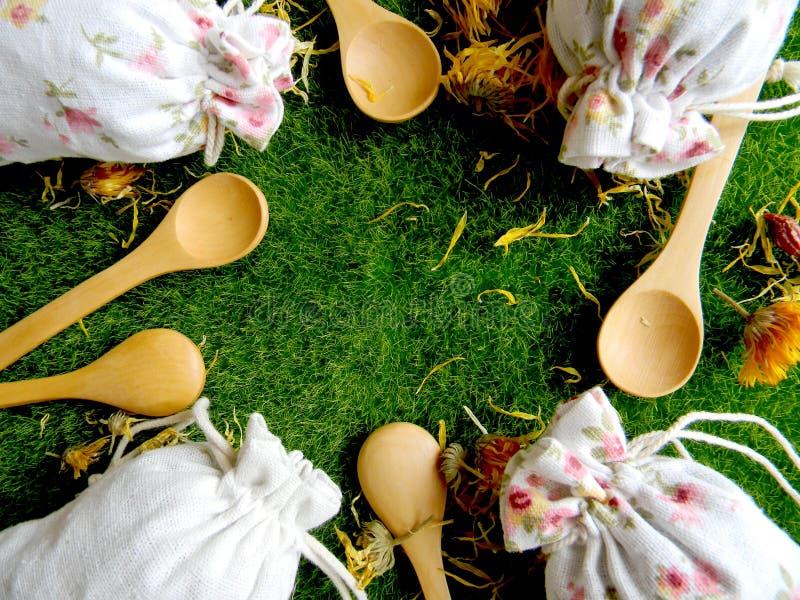 茶和草本在袋子 顶视图 厨房的背景 免版税库存图片