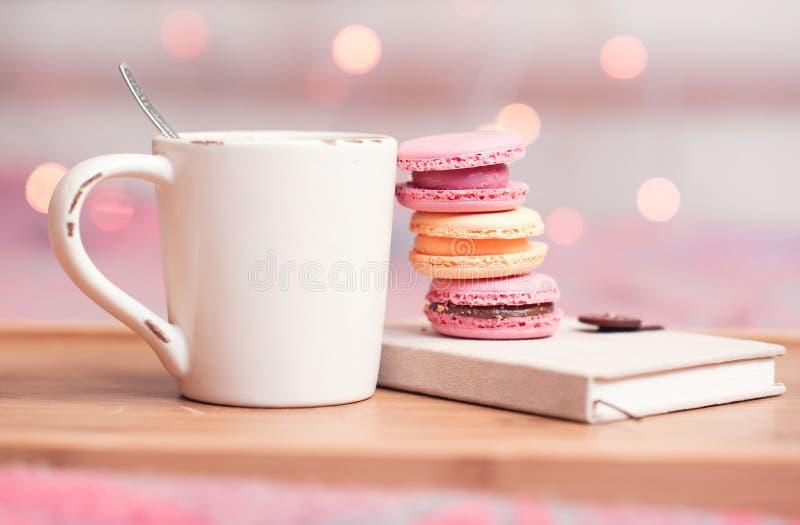茶和蛋白杏仁饼干 免版税库存照片