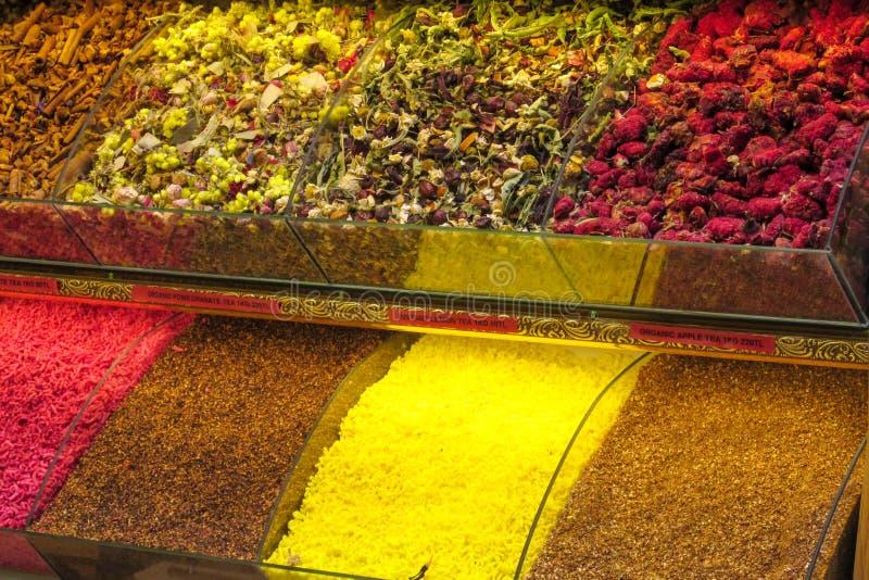 茶和香料在伊斯坦布尔混合卖在盛大市场 库存照片