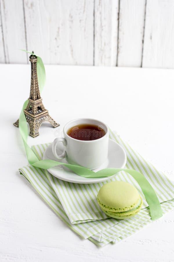 茶和绿色法国蛋白杏仁饼干在一白色木backgrou 库存图片