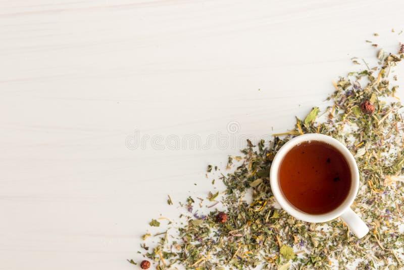 茶在桌上的用草本 免版税库存图片