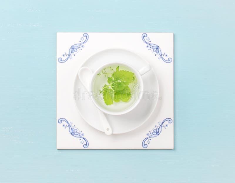 茶在白色瓦片板的在蔚蓝色背景 图库摄影