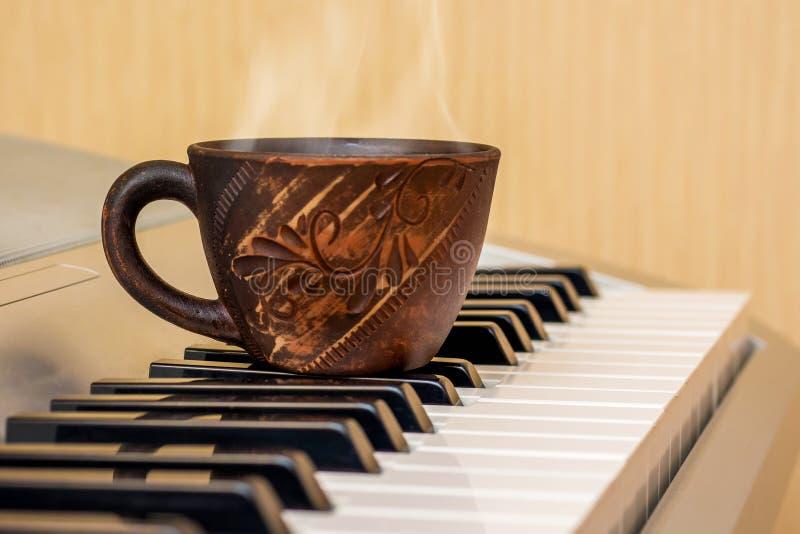 茶在钢琴钥匙的,在音乐lessons_期间的断裂 库存图片