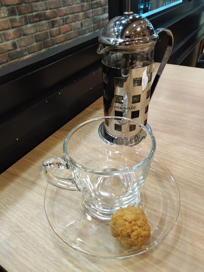 茶壶、茶杯和茶碟在咖啡馆 免版税库存照片