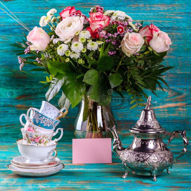茶壶和堆葡萄酒茶杯 库存照片
