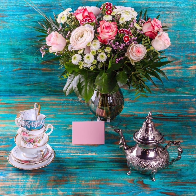 茶壶和堆葡萄酒茶杯 图库摄影