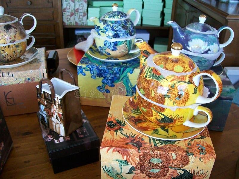茶壶和杯子有茶碟的,装饰 库存照片
