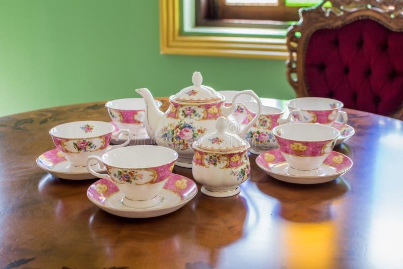 茶壶和杯白色茶 免版税库存照片