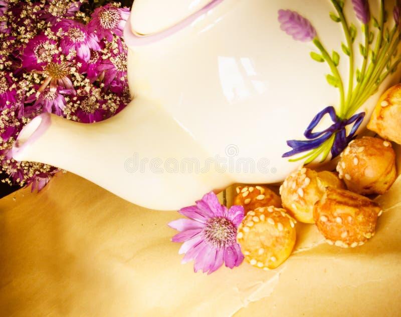 茶壶和紫罗兰色花 免版税库存图片