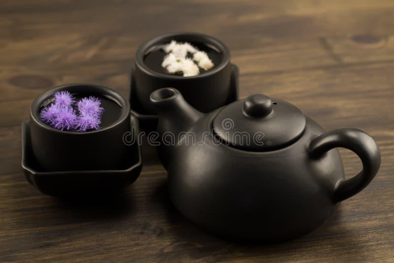 黑茶壶,两个杯子,花 菜单, 免版税库存照片