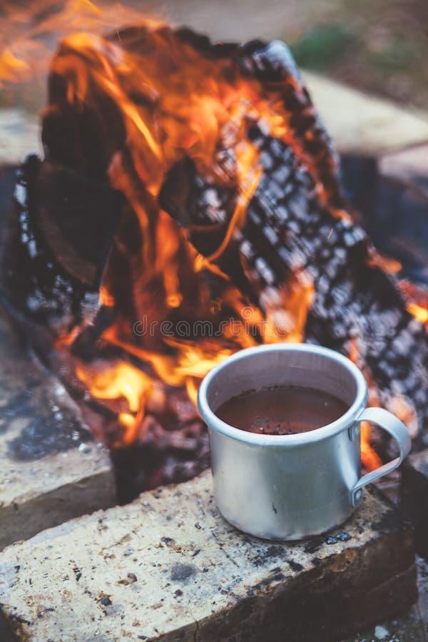 茶或咖啡由营火 免版税库存照片