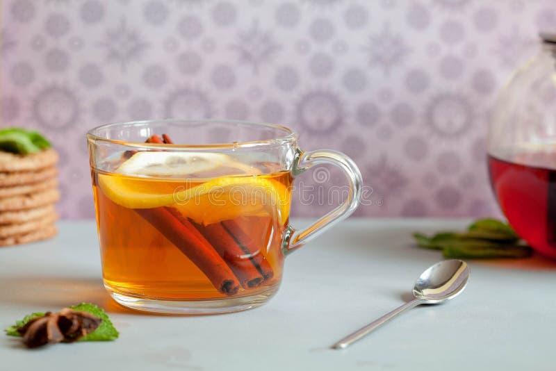 茶时间、茶壶和茶在桌上的 免版税库存照片