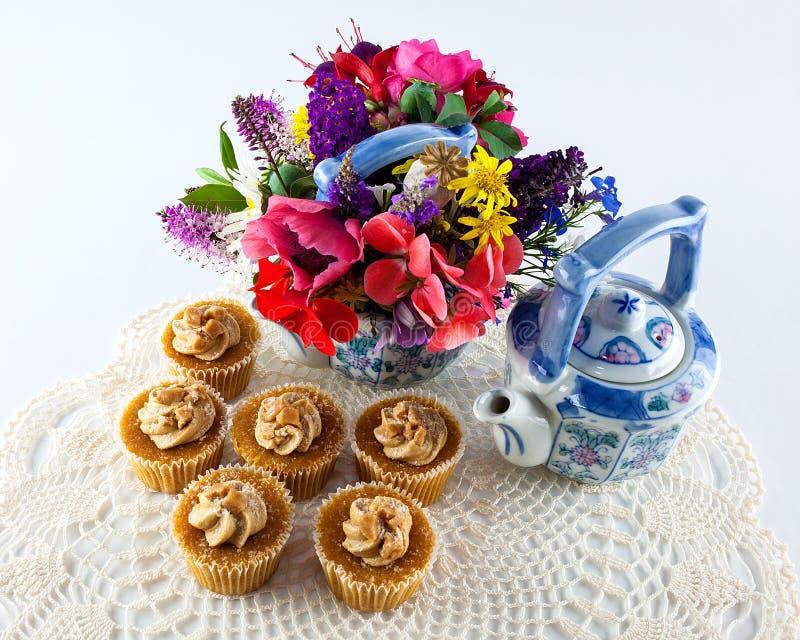茶杯形蛋糕和罐 库存图片