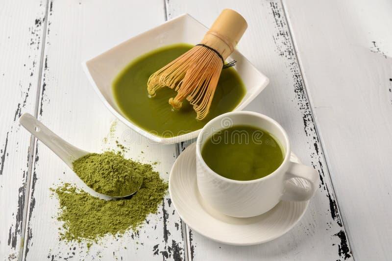 茶比赛的准备:滚保龄球与扫和茶杯,绿茶 库存图片