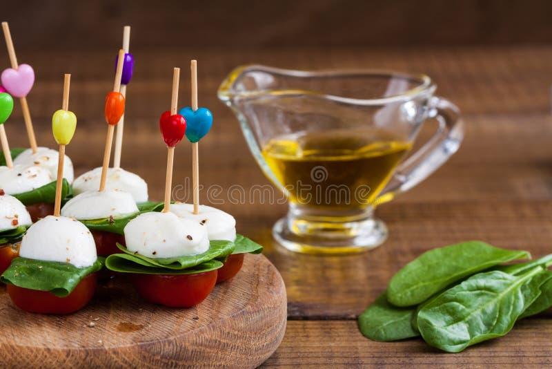 茶点用西红柿和无盐干酪 图库摄影