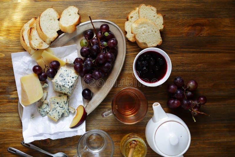 Download 茶用乳酪和果酱在桌上 库存图片. 图片 包括有 类型, 美食, 巴西, 空白, 牛奶店, 葡萄, 多士, 苹果酱 - 62538363