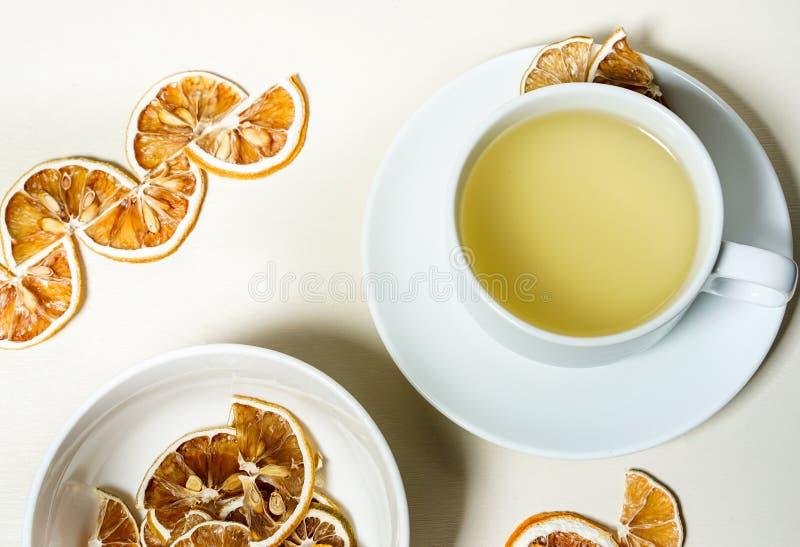 茶用在边的干柠檬和一碗在forcground的干柠檬 ?? 库存照片