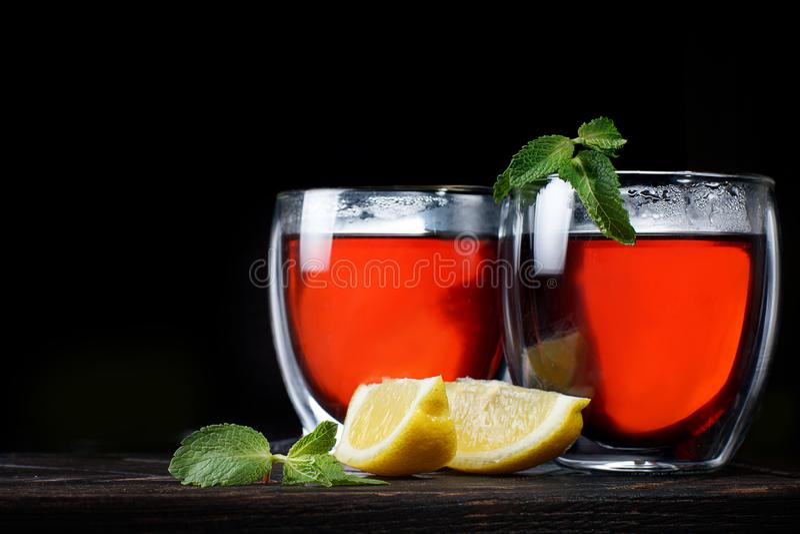 茶用在黑暗的背景的柠檬,薄荷和自然蜂蜜,节省您的文本的空间 免版税库存照片
