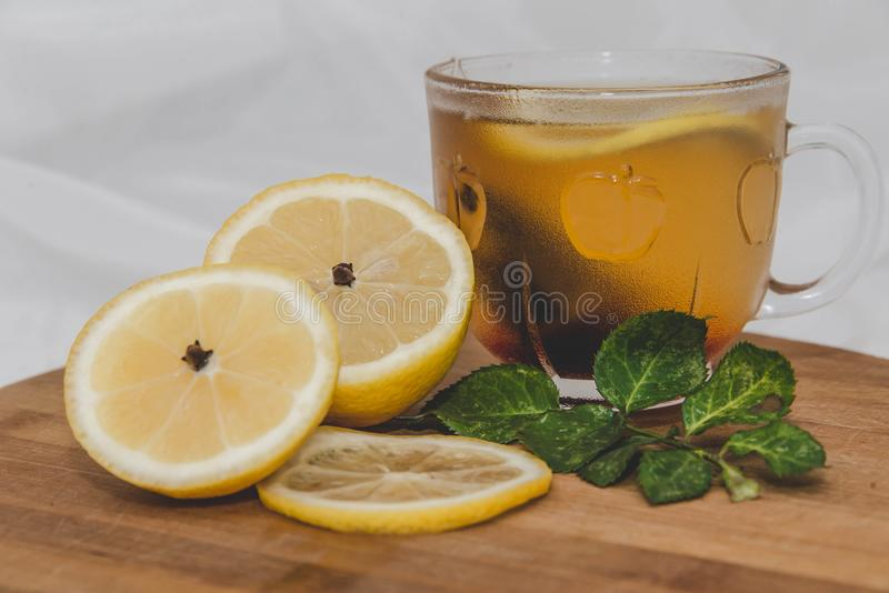 茶用柠檬和小树枝上升了 库存图片