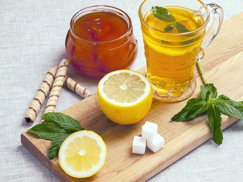 茶用柠檬和薄菏 图库摄影