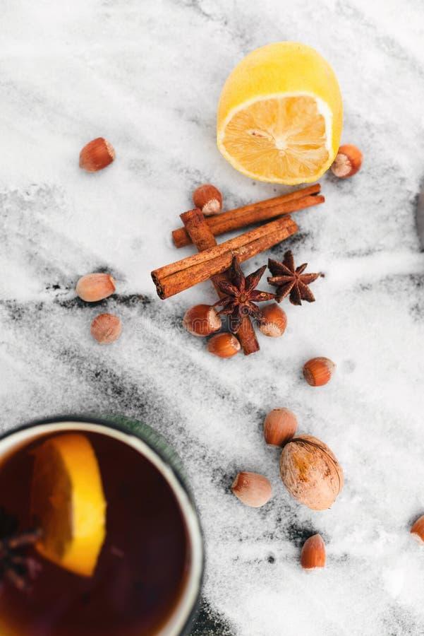 茶用柠檬和豆蔻果实在多雪的背景在森林顶视图 图库摄影