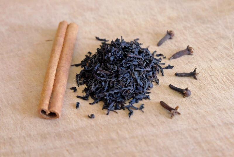 茶用桂香和丁香 免版税库存照片
