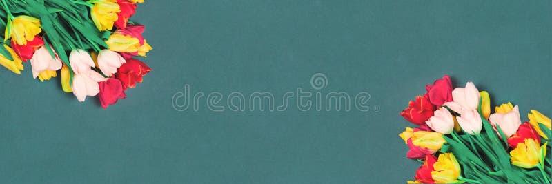 茶色背景中的鲜郁金香花库存图片 图片包括有看板卡 钞票 慈善 红色 复制 白垩 弄脏