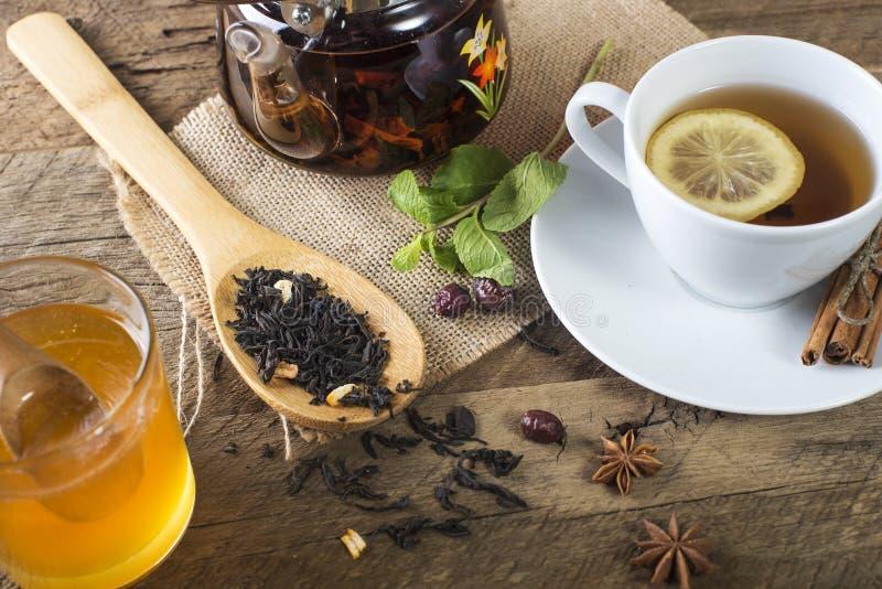 茶蜂蜜和柠檬 免版税库存照片