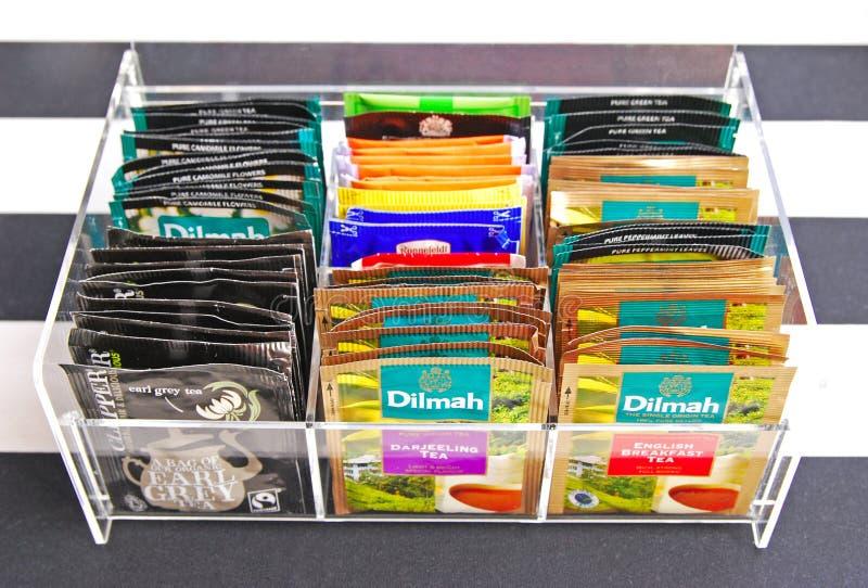 茶袋各种各样的品牌在清楚的丙烯酸酯的茶包持有人的 库存照片