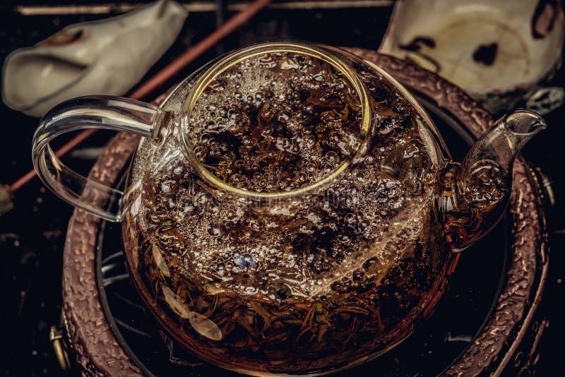 茶道概念 酿造使用玻璃茶壶的茶的过程的特写镜头图象 免版税库存照片
